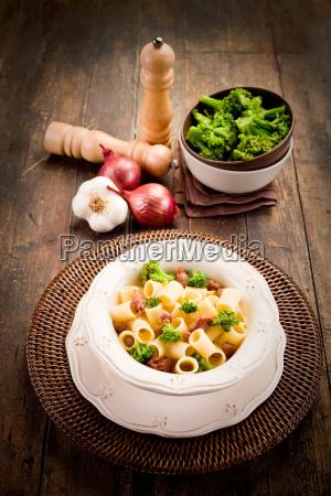 pasta mit wurst und brokkoli