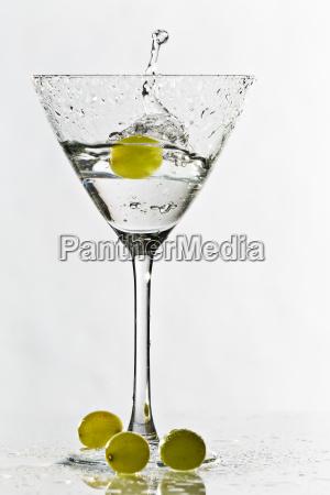 cocktailglas mit trauben