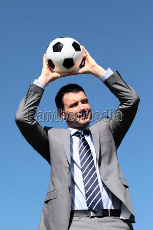 der trainer mit einem ball