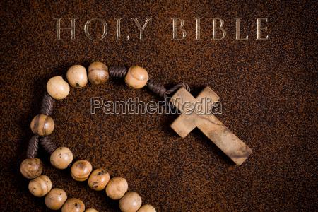 hoelzerner rosenkranz auf der bibel
