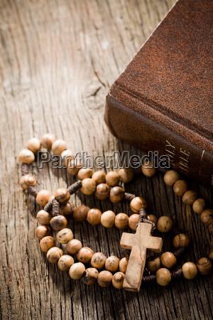 rosenkranz aus holz und die bibel