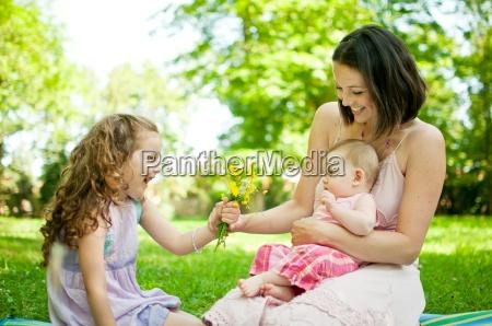 glueckliches leben mutter mit kindern