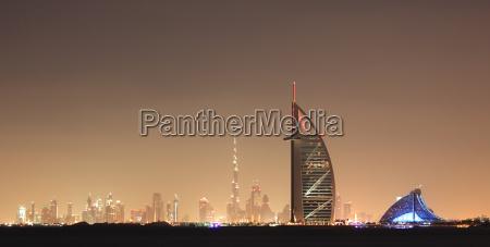 dubai skyline bei nachtvereinigte arabische emirate