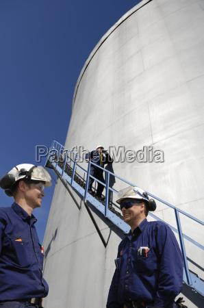 kraftstoff lagerturm mit oel arbeiter