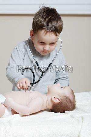 stethoskop hoert ein baby