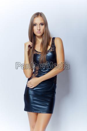 sexy junge maedchen in schwarzen minikleid