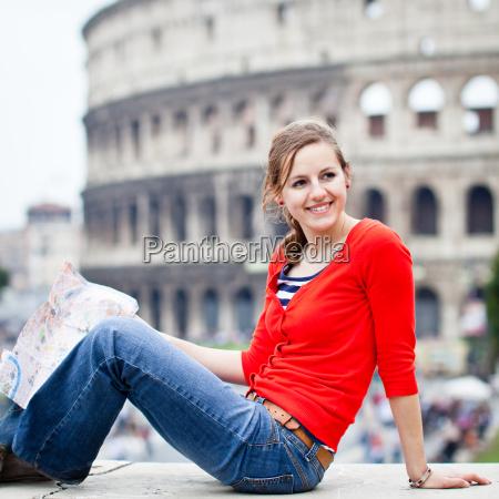 portrait eines huebschen youngy weibliche touristen