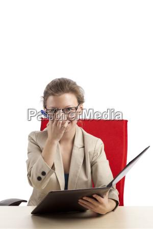 sympathische beraterin mit mappe