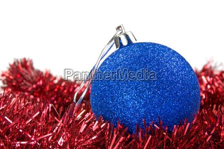 blauer baustein auf einer roten girlande