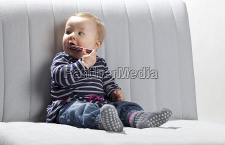 baby mit messer