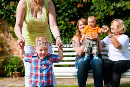 zwei muetter mit grossmutter und kindern