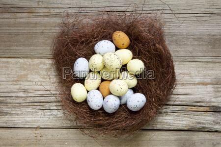 braunes nest mit ostereier