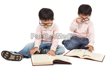 kinder lesen buch auf dem boden