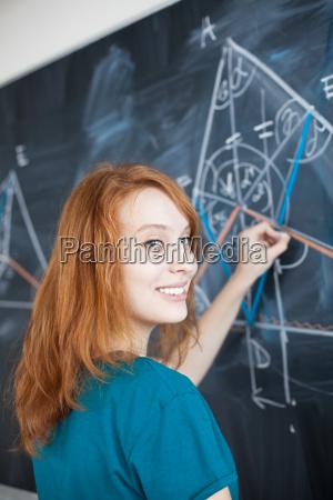 portrait einer recht jungen college studentin