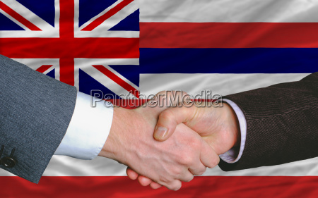 vor der amerikanischen staatsflagge von hawaii