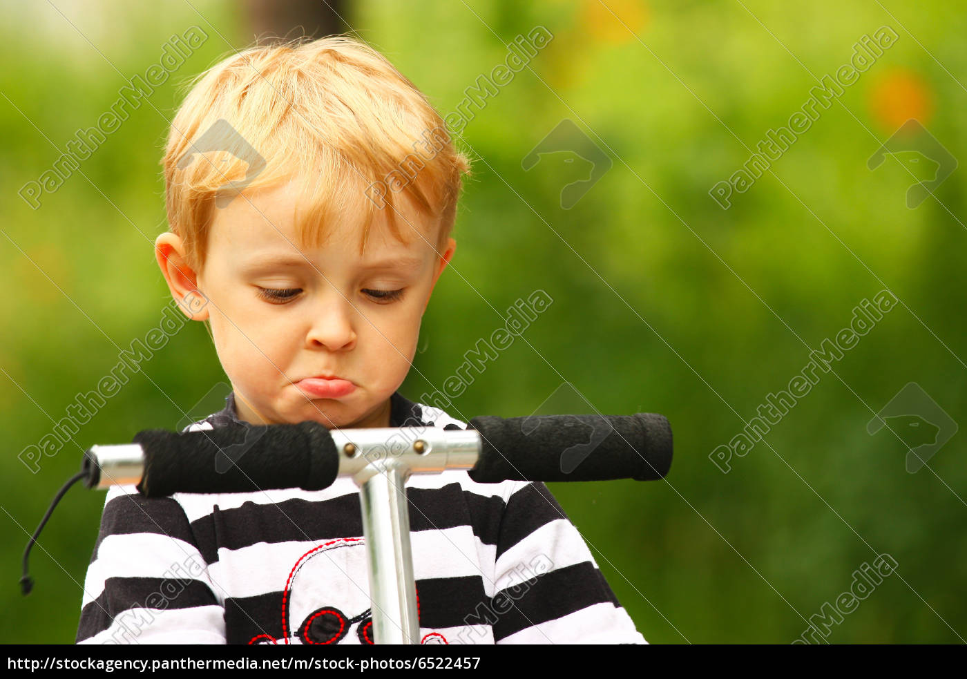 verärgertes, kind, auf, einem, roller - 6522457
