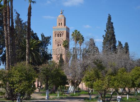minarett der moschee und park in