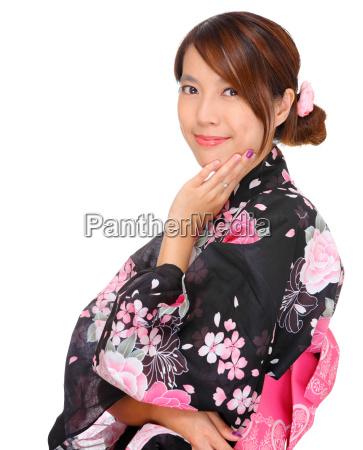 junge frau japanische kimono traegt