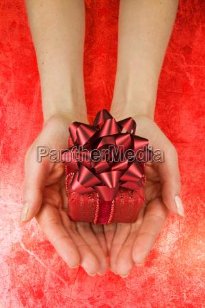 geschenk frau in die haende