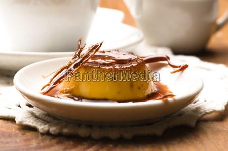 koestliche creme caramel dessert