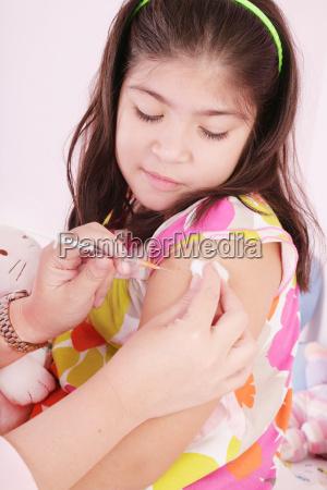 kind eine injektion durch die haende