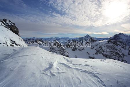 stehend auf titlis der schweizer alpen