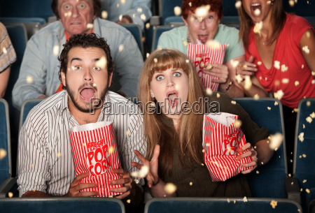 erschrockene leute warf popcorn