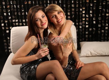 freundinnen in einem club