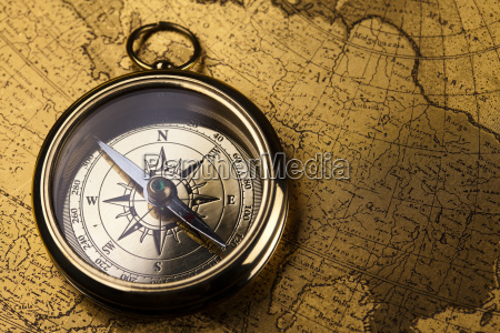 nahaufnahme des kompasses auf alte karte