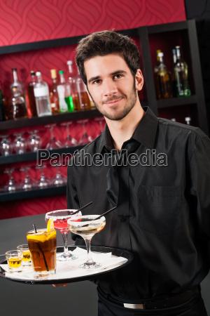 professionelle barkeeper cocktail bar halten serviertablett