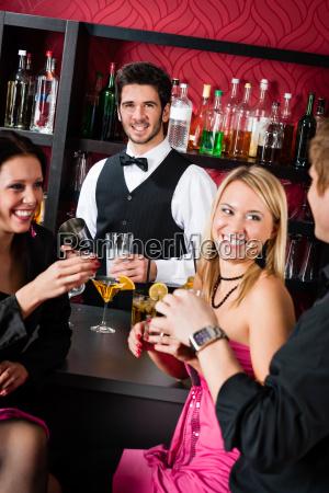 barman bereiten cocktail bar freunden trinken