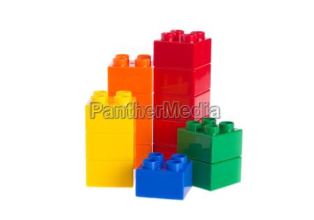 plastikbausteine u200bu200bgetrennt auf weissem hintergrund