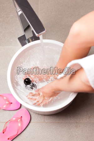 woman making a kneipp footbath