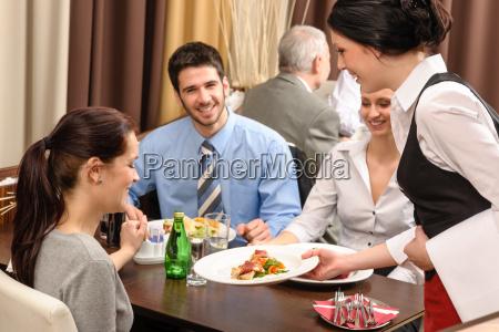 business lunch restaurant kellnerin dienen frau