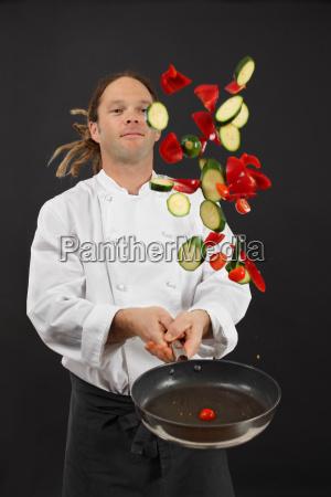werfen gemuese beim kochen