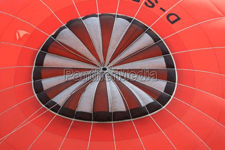 aussenansicht eines rotes heissluftballons mit schwarz