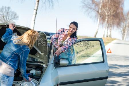 ab kaputten auto zwei frauen haben