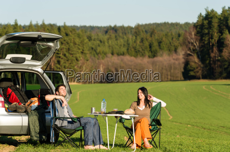 camping auto junges paar geniessen picknick