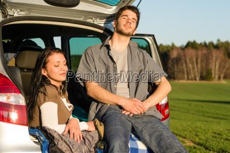 camping paar im auto geniessen sommer