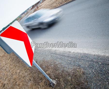 verkehrskonzept autofahren schnell durch eine scharfe