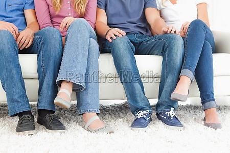 vier menschen auf der couch mit