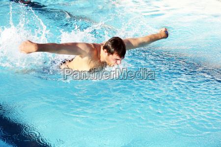mann schwimmt mit schmetterlingstiel