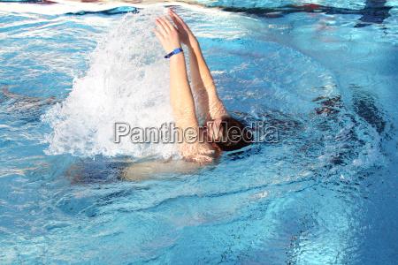 ein mann lernt schwimmen im pool