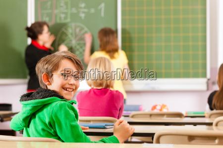 lehrerin, mit, schüler, in, einer, schule - 6792861
