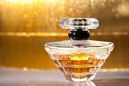 flasche parfuem auf goldenem hintergrund