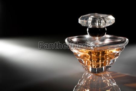 flasche parfuem auf dunklem hintergrund