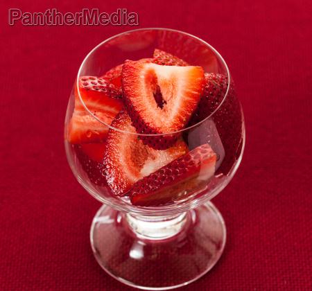 glas becher trinkgefaess kelch essen nahrungsmittel