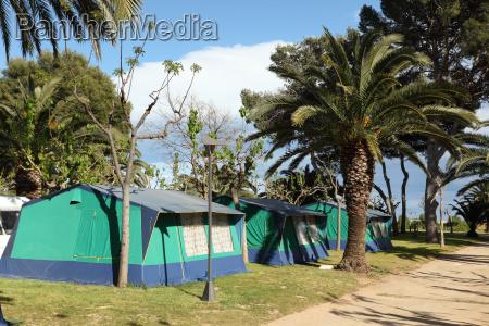 zelte auf einem campingplatz in spanien