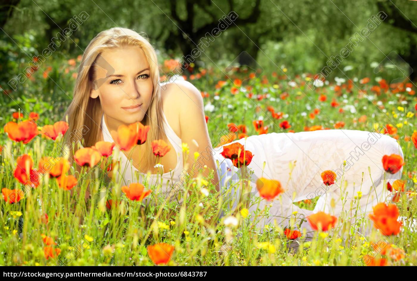 Schöne Weibliche Verlegung Auf Der Blumenwiese Lizenzfreies Bild