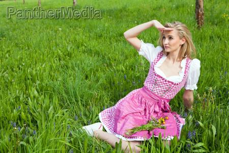 junge frau mit einem rosa farbenen